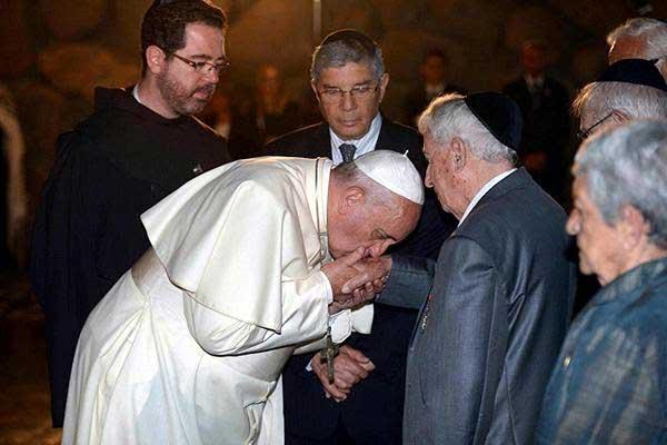 pope-francis-jews-kisses-hands-holocaust2