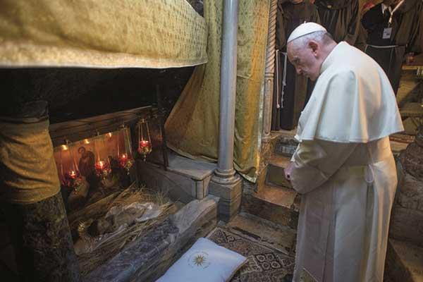 001_Vor-dem-Brand-Papst-Franziskus-in-der-Geburtsgrotte-1