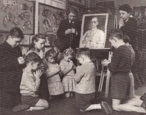 Des enfants priant pour  Pie <abbr>XII</abbr> à sa mort en 1958