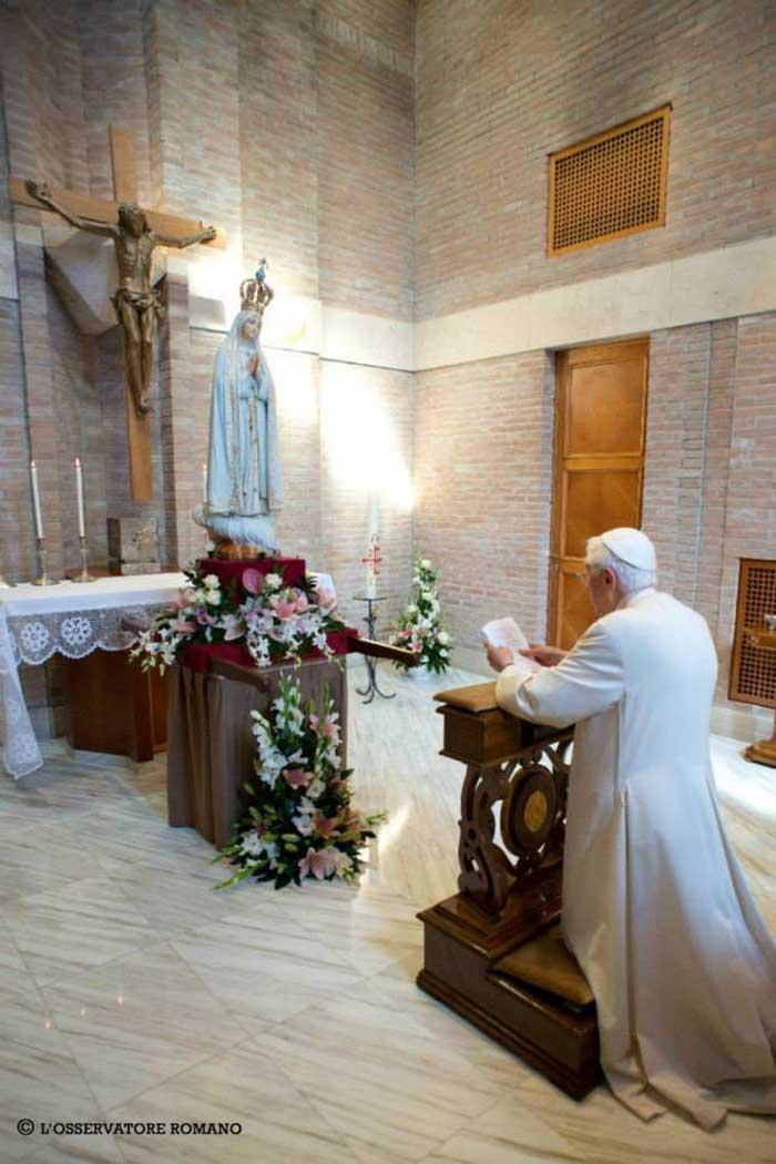 "Le ""Pape"" émérite Benoît <abbr>XVI</abbr> a accueilli la statue de Notre-Dame de Fatima"
