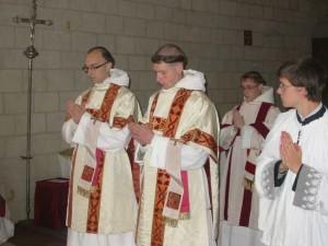 Père Bruno <abbr>OSB</abbr>, au centre.
