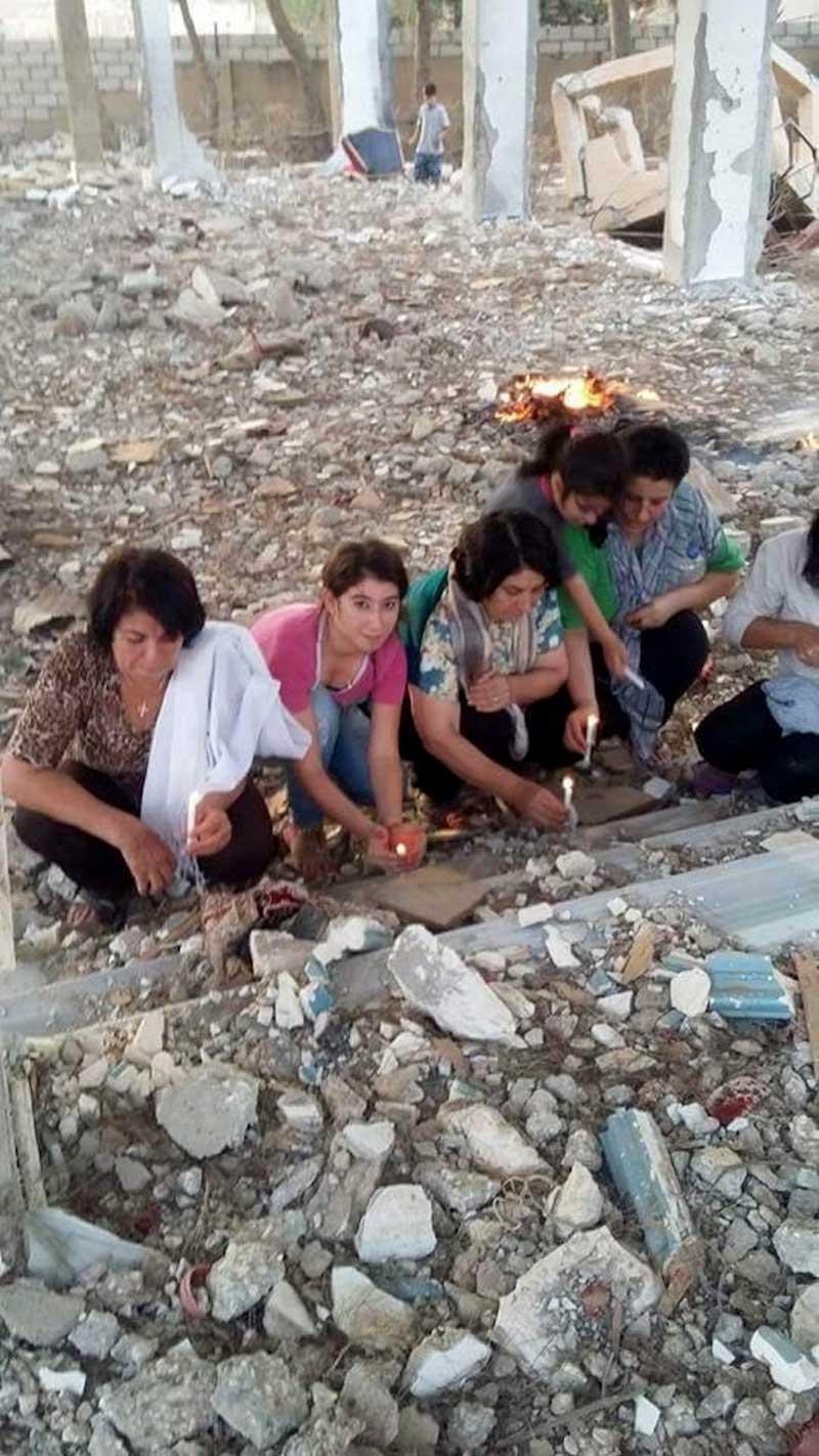 Des chrétiens prient sur les décombres de leur église à Sar en Syrie