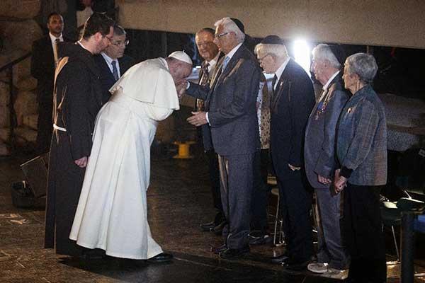 pope-francis-jews-kisses-hands-holocaust1