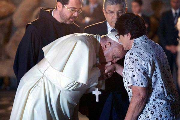 pope-francis-jews-kisses-hands-holocaust3
