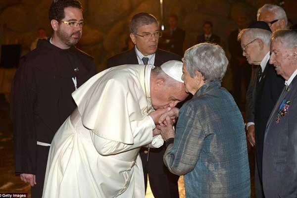 pope-francis-jews-kisses-hands-holocaust4