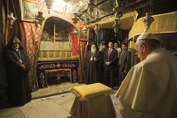 002_Vor-dem-Brand-Papst-Franziskus-in-der-Geburtsgrotte-2